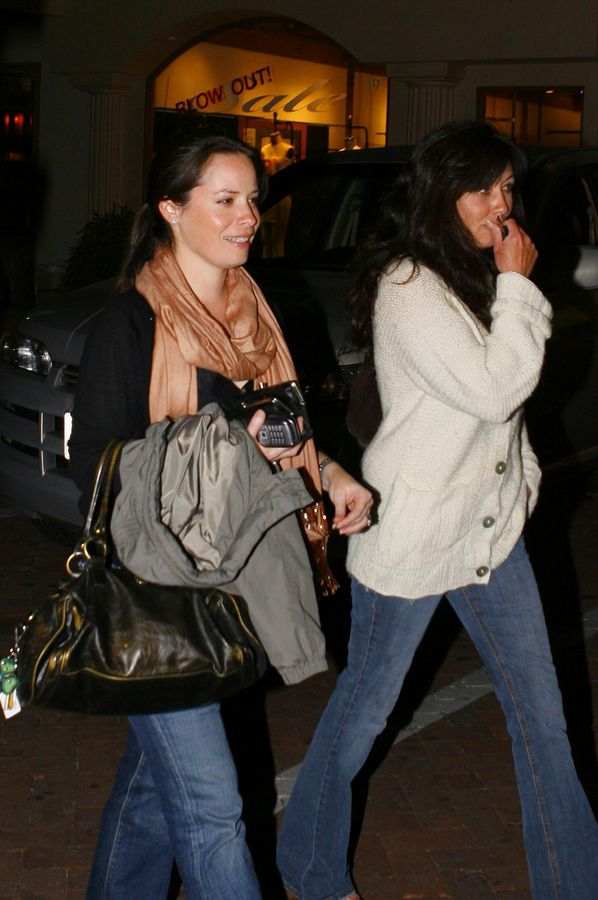 http://supernatural66.files.wordpress.com/2008/04/78988_charmed-net_de_-_simon_-_shannen_doherty_and_holly_marie_combs_leaving_nobu_4_122_747lo.jpg